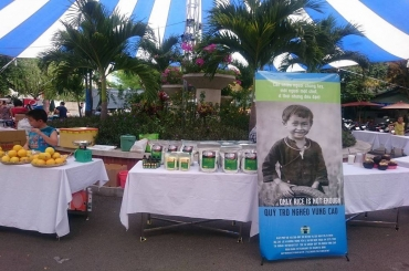 Hồng Lam tham gia bán hàng gây quỹ Trò nghèo vùng cao 2016